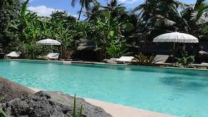 Kolam renang outdoor, dengan cabana gratis dan payung kolam renang