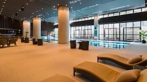 室內泳池;免費小屋、躺椅