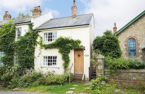 Densford Cottage Sleeps Four People and is set in Amberley in Sussex. With West Witterings, a Blue Flag Beach, Just 20 Mins Away Book Your Stay Now!