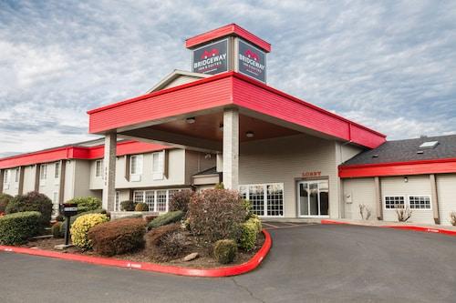 Great Place to stay Bridgeway Inn & Suites Portland Airport near Portland