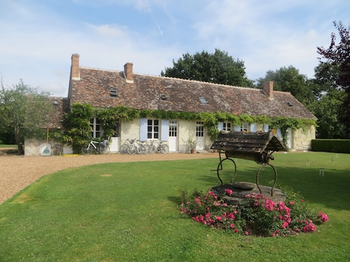 Family-friendly Pool & Tennis Court in Large Garden & Orchard Near Loire