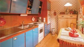Kylskåp, spishäll, kaffe- och tebryggare och grytor/köksredskap