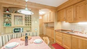 Kühlschrank, Mikrowelle, Herdplatte, Wasserkocher mit Kaffee-/Teezubehör