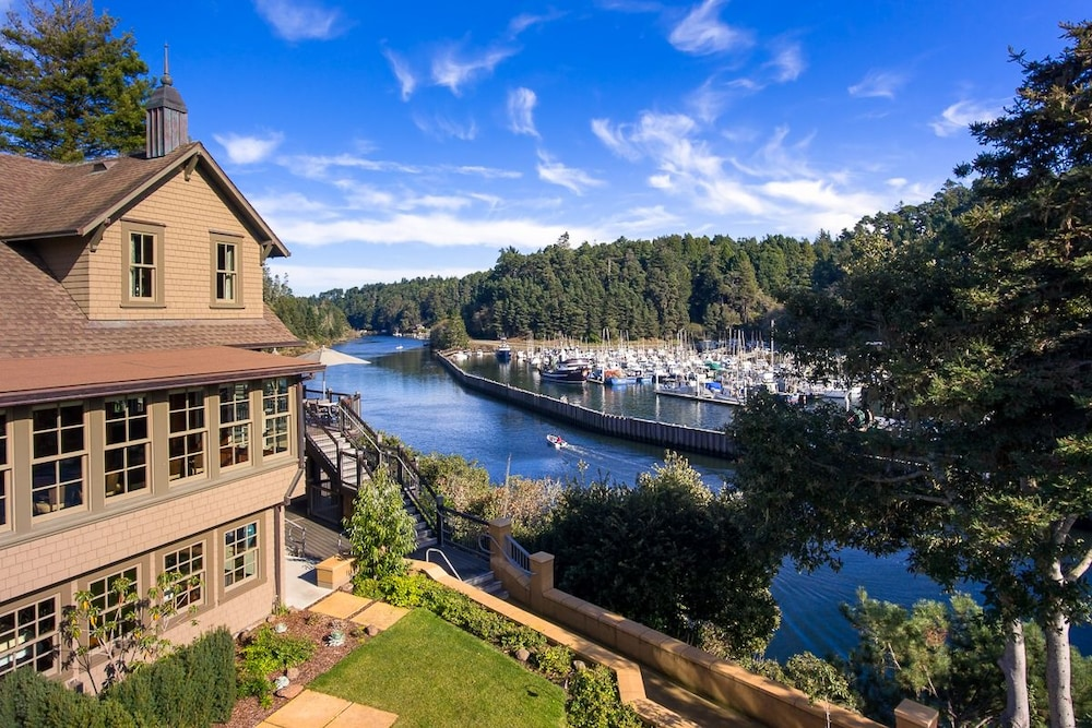 Noyo Harbor Inn Restaurant And Tavern In Fort Bragg