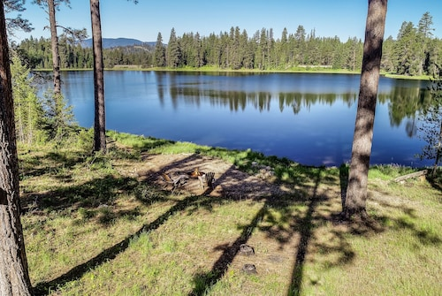 Private Lake Retreat in the Woods/minutes to Downtown Sandpoint