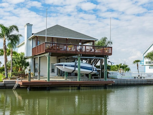 Family- and Dog-friendly Home w/ Huge Deck & Great Views - Right on the bay