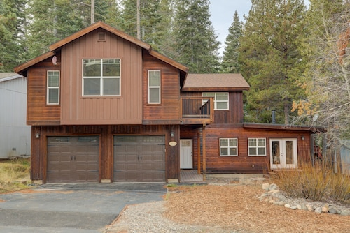 New Construction! 2 Suites! Family Friendly, Hot-tub, 10 Min. to Ski Resorts!
