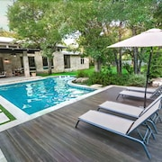 Stunning Contemporary Home!! 5 Bed/4.5 Bath. Pool, Sleeps 10 Events OK