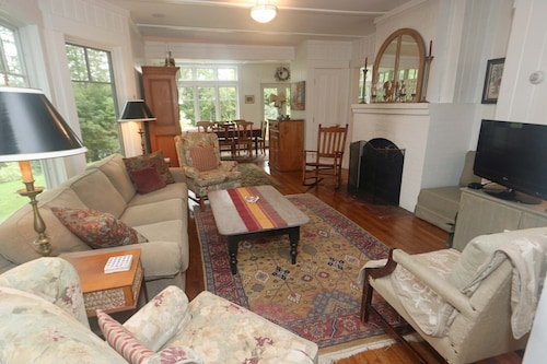 Walk to Village and Mountain Shuttle! Renovated Quintessential Vermont Home