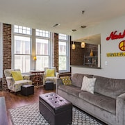 Winter Special!walk Everywhere! Beautiful Loft Downtown! Sleeps 4. Free Parking!
