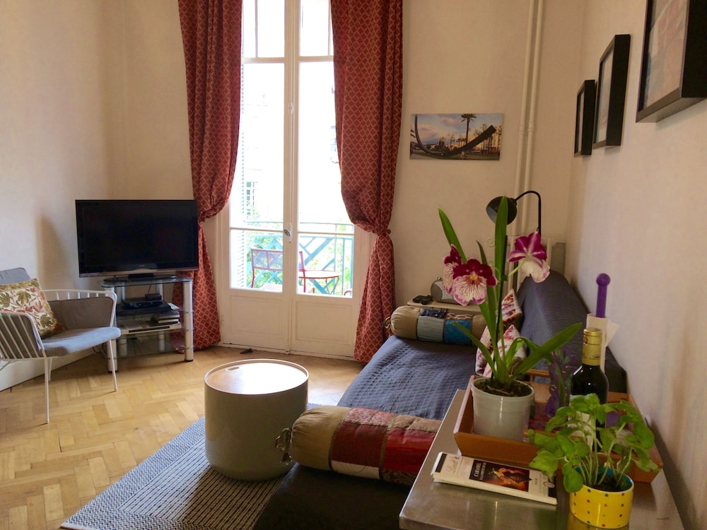 Camere Da Letto Art Deco : Charming air conditioned 2 bedroom art deco apartment with a lift
