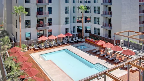 Hollywood! Resort Like Amenities! Great 4 Holiday and Work. Free Parking