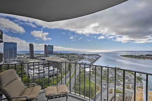 New! 2br+2ba Honolulu Condo w/ Ocean Views & Lanai