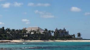 Chaises longues, serviettes de plage