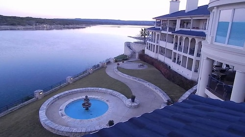 Relaxing Condo Retreat, Island Of Lake Travis Tx