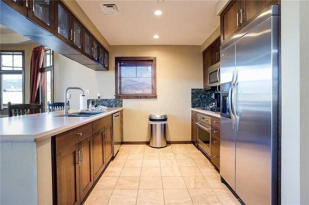Private Kitchen, H208b by Pioneer Ridge: Perfect Location + Free City Bus + Luxury Residence