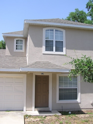 Downtown Eustis Townhome-walk to Lake-parks-restaurants 2bd/2.5bath Garage
