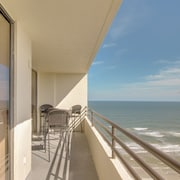 Beachfront Condo With a Shared Heated Pool & hot Tub, Oceanview Balcony