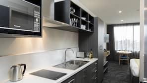 Stort kylskåp, mikrovågsugn, spishäll och diskmaskin