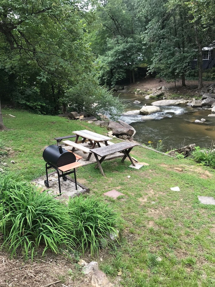 BBQ/Picnic Area, The Riverside Lodge at Chimney Rock