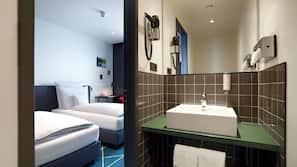 Suihku, ilmaiset hygieniatuotteet, hiustenkuivaaja, pyyhkeet