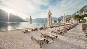Playa privada, cabañas de uso gratuito, tumbonas y sombrillas
