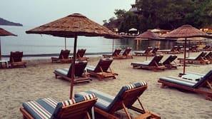 บนชายหาด, เก้าอี้อาบแดด, ร่มชายหาด, ผ้าเช็ดตัวชายหาด