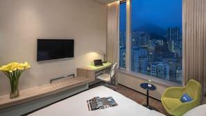 1 間臥室、保險箱、書桌、窗簾