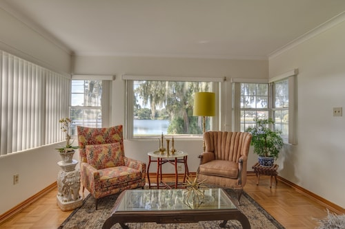 Lakeside Home in Affluent Neighborhood. Easy Walk to Shops and Dining