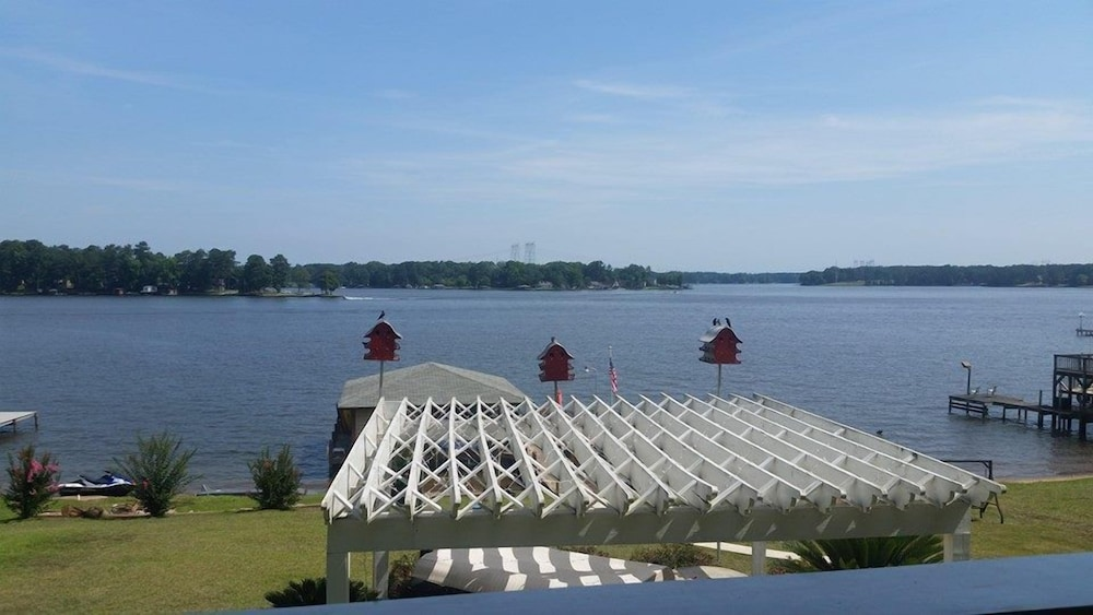 , Fun in the Sun! Lakefront Home on Lake Sinclair. Right off 441
