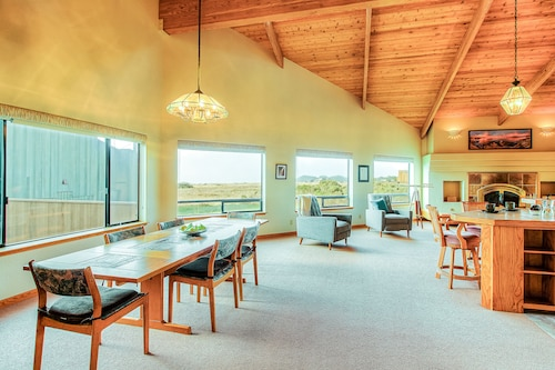 Ocean/meadow View Home w/ Private hot Tub, Deck & Shared Pools, Saunas & Tennis!