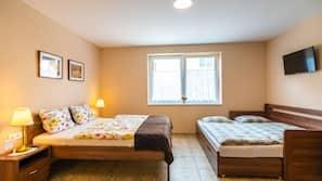 2 makuuhuonetta, työpöytä, pimennysverhot, ilmaiset vauvansängyt