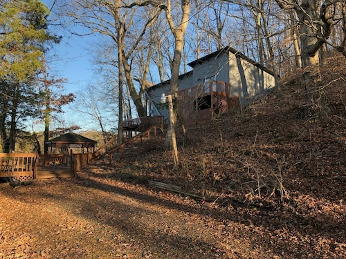 Great Place to stay Mountain Lake Cabin. 6 Levels of Decks. Secluded, yet Just Minutes to Tri-cities near Gray