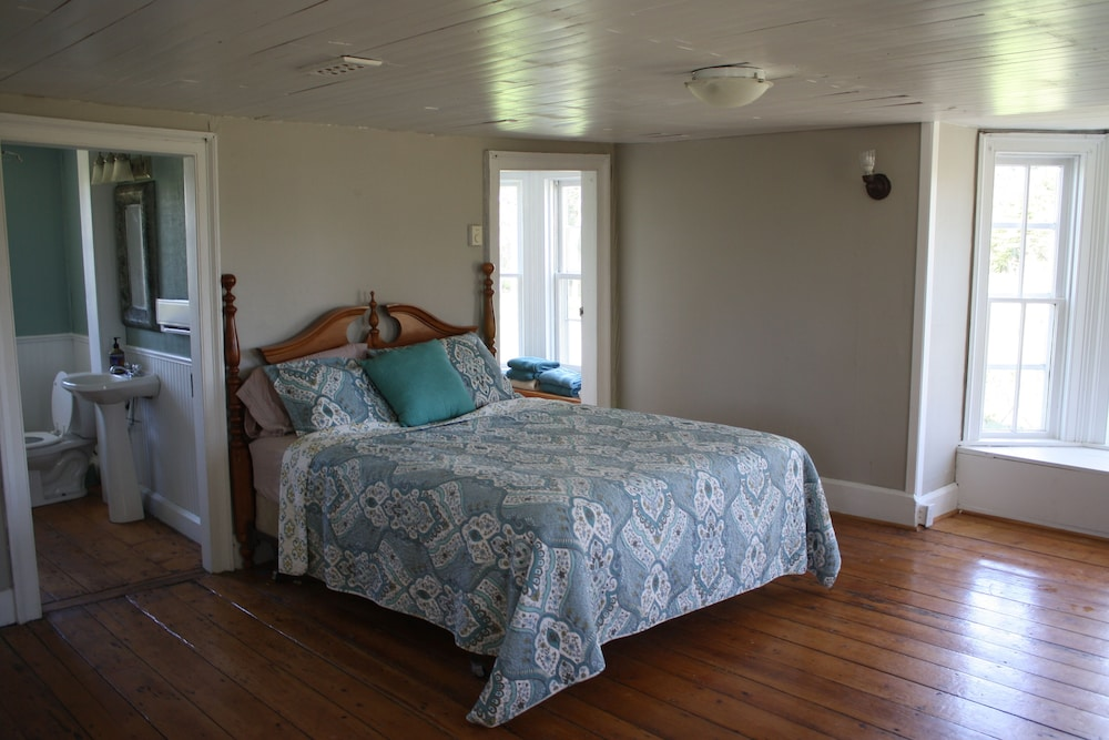 Room, Two-century-old Cottage, Cozy And Full Of Charm, Within View of Bay Of Fundy