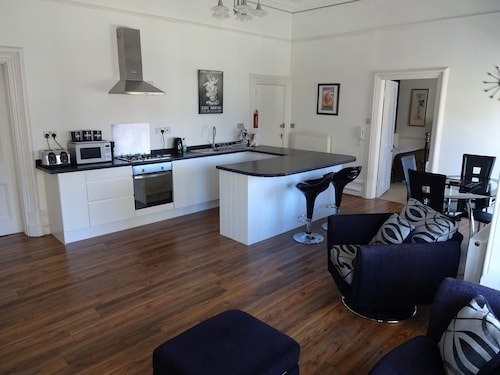Stylish One Bedroomed Apartment Close To The Sea