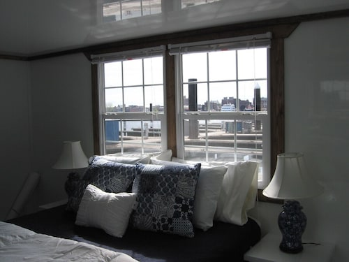 Houseboat in Boston Harbor Wifi A/C Free Parking Be Rocked to Sleep
