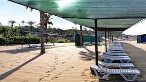 Privatstrand, Liegestühle, Sonnenschirme, Strandbar