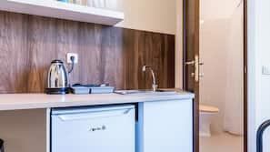 Een koelkast, een koffiezetapparaat/waterkoker, een waterkoker