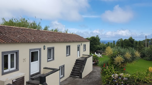 Spacious Country House, Idyllic Garden, Gorgeous Ocean View, Quiet yet Central