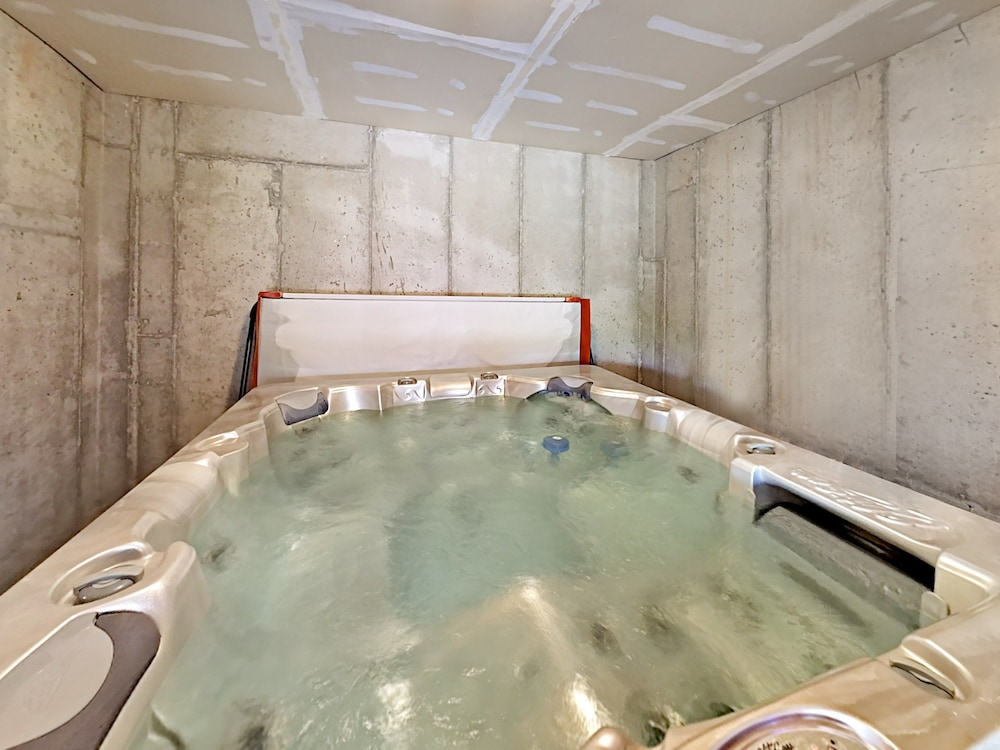 Indoor Spa Tub, 8437 Pointe Dr Home