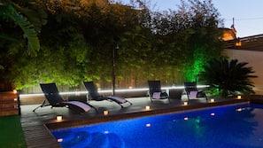 Udendørs pool, åben fra kl. 09.30 til kl. 22.30, liggestole