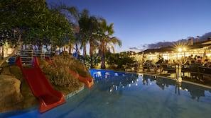 4 piscines extérieures, chaises longues