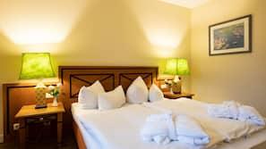Hochwertige Bettwaren, Schreibtisch, Verdunkelungsvorhänge