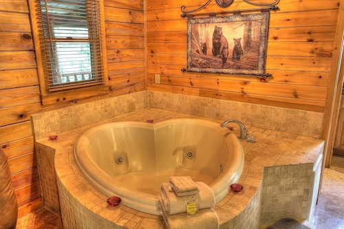 Romantic Cabin, Hot Tub, Heart Shaped Jacuzzi, Gated, Explore the Mountains