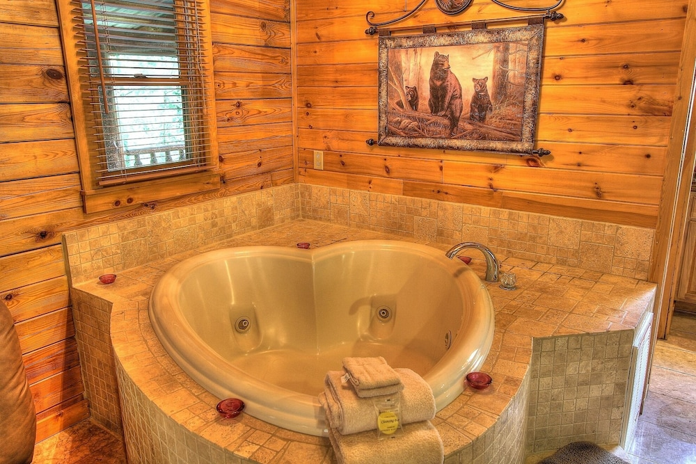 Romantic Cabin, Hot Tub, Heart Shaped Jacuzzi, Gated, Explore the ...