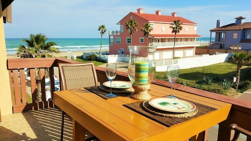 Beachfront Condo, Great Balcony View, Free Wifi, Just Steps to the Beach