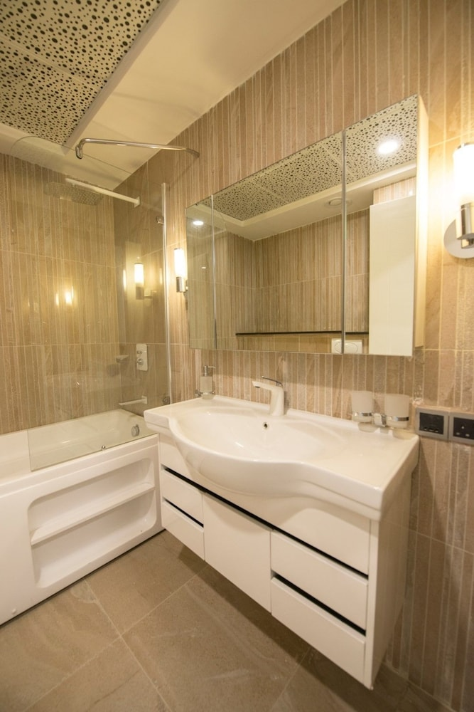 Bathroom, The Centaurus Serviced Apartments