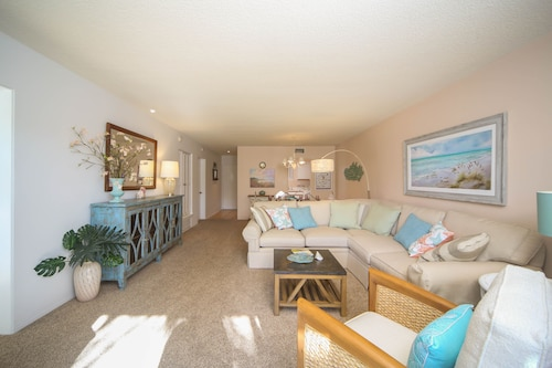 Beach Condo Near Lido Beach & on St. Armands Circle! Fully Equipped & Beautiful!