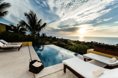 Spacious Villa With Views to Infinity Located Four Seasons Private Villas