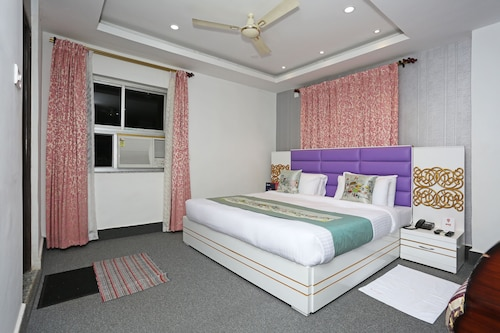 OYO 9855 Hotel Royal Suites